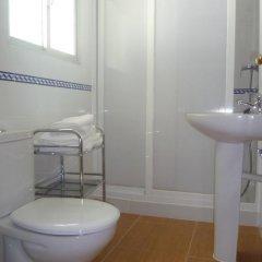 Отель Hostal Los Mellizos Испания, Кониль-де-ла-Фронтера - отзывы, цены и фото номеров - забронировать отель Hostal Los Mellizos онлайн ванная фото 2