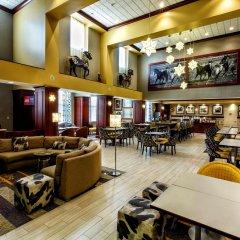 Отель Hampton Inn & Suites Staten Island гостиничный бар