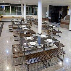 Wiz Hotel бассейн