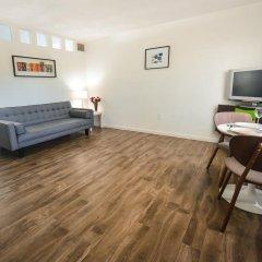 Отель Regency Inn & Suites комната для гостей