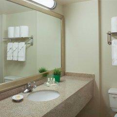 Отель Holiday Inn Toronto - Yorkdale Канада, Торонто - отзывы, цены и фото номеров - забронировать отель Holiday Inn Toronto - Yorkdale онлайн ванная