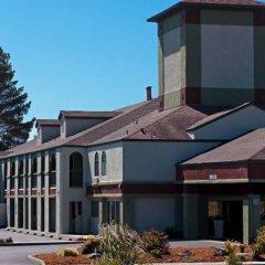 The Redwood Riverwalk Hotel парковка