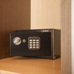 Апартаменты Gold and Blue Luxurious Apartment сейф в номере