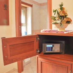 Hotel Dei Pini Фьюджи сейф в номере