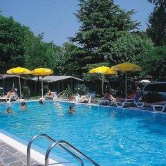 Отель Camping Garden Tourist Манерба-дель-Гарда бассейн