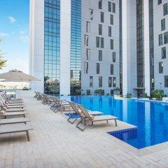 Отель Hampton by Hilton Dubai Airport ОАЭ, Дубай - 1 отзыв об отеле, цены и фото номеров - забронировать отель Hampton by Hilton Dubai Airport онлайн бассейн фото 3