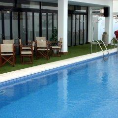 Отель Apartamentos Loar Ferreries бассейн