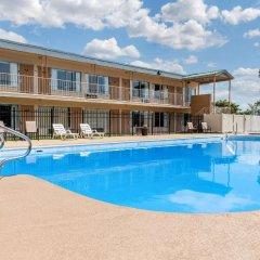Отель Quality Inn Huntingburg бассейн