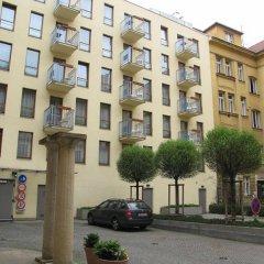 Отель Aparthotel Austria Suites парковка