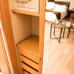 Отель Mayflower Suites сейф в номере