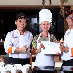 Отель La Flora Resort Patong гостиничный бар