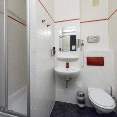 Отель a&o Berlin Kolumbus Германия, Берлин - 2 отзыва об отеле, цены и фото номеров - забронировать отель a&o Berlin Kolumbus онлайн ванная фото 2