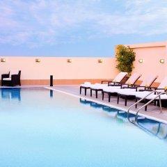Отель Avani Deira Dubai Hotel ОАЭ, Дубай - 1 отзыв об отеле, цены и фото номеров - забронировать отель Avani Deira Dubai Hotel онлайн бассейн фото 2