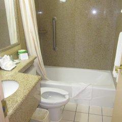 Отель Comfort Inn JFK Airport США, Нью-Йорк - 1 отзыв об отеле, цены и фото номеров - забронировать отель Comfort Inn JFK Airport онлайн ванная