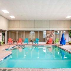 Clarion Hotel Buffalo Airport бассейн