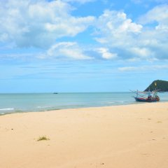 Отель Two Pieces Resort Pranburi пляж