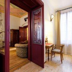 Отель The Charles сейф в номере