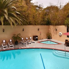 Отель Best Western Hollywood Plaza Inn США, Лос-Анджелес - отзывы, цены и фото номеров - забронировать отель Best Western Hollywood Plaza Inn онлайн бассейн фото 3