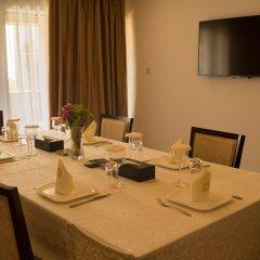 Отель Bintumani Hotel Сьерра-Леоне, Фритаун - отзывы, цены и фото номеров - забронировать отель Bintumani Hotel онлайн питание фото 2