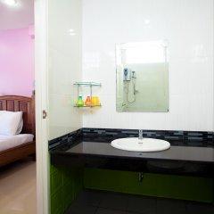 Отель Baan Sutra Guesthouse Пхукет ванная