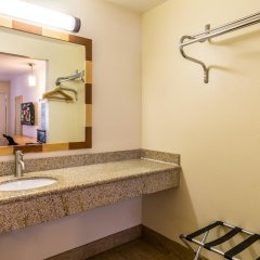 Отель Red Roof Inn Tulare - Downtown/Fairgrounds ванная фото 2