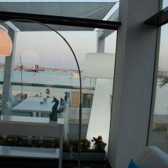 Отель Water's Edge пляж
