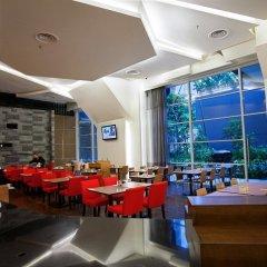 Отель PARKROYAL Serviced Suites Kuala Lumpur Малайзия, Куала-Лумпур - 1 отзыв об отеле, цены и фото номеров - забронировать отель PARKROYAL Serviced Suites Kuala Lumpur онлайн гостиничный бар