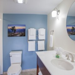 Отель Red Feather Lodge ванная фото 2