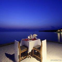 Отель Centara Ras Fushi Resort & Spa Maldives Мальдивы, Велиганду Хураа - отзывы, цены и фото номеров - забронировать отель Centara Ras Fushi Resort & Spa Maldives онлайн балкон