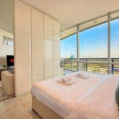 Апартаменты Luxury Apartment Steps Away From Everything! Дубай комната для гостей фото 3