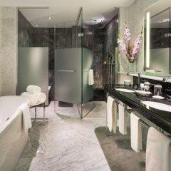 Отель Breidenbacher Hof, a Capella Hotel Германия, Дюссельдорф - 7 отзывов об отеле, цены и фото номеров - забронировать отель Breidenbacher Hof, a Capella Hotel онлайн ванная