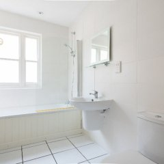 Отель The Kensington Palace Mews - Bright & Modern 6bdr House With Garage Лондон ванная