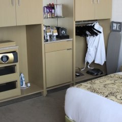 Jumeirah at Etihad Towers Hotel сейф в номере