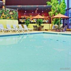 Отель Holiday Inn Toronto - Yorkdale Канада, Торонто - отзывы, цены и фото номеров - забронировать отель Holiday Inn Toronto - Yorkdale онлайн бассейн