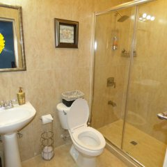Отель Fisherman's Point Holiday Ямайка, Очо-Риос - отзывы, цены и фото номеров - забронировать отель Fisherman's Point Holiday онлайн ванная