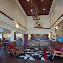 The Redwood Riverwalk Hotel гостиничный бар