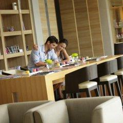 Отель Holiday Inn Resort Phuket Mai Khao Beach гостиничный бар