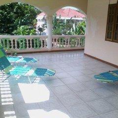 Отель Dolphin Bay Yoga Guest House Ямайка, Порт Антонио - отзывы, цены и фото номеров - забронировать отель Dolphin Bay Yoga Guest House онлайн балкон