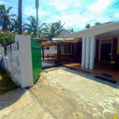 Отель Surfing Beach Guest House Шри-Ланка, Хиккадува - отзывы, цены и фото номеров - забронировать отель Surfing Beach Guest House онлайн парковка