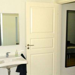Отель By The Bridge Bed & Breakfast Миддельфарт ванная