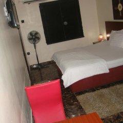 Отель Charlies Place And Suite комната для гостей