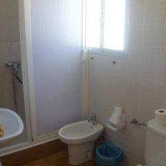 Отель Hostal Los Mellizos Испания, Кониль-де-ла-Фронтера - отзывы, цены и фото номеров - забронировать отель Hostal Los Mellizos онлайн ванная
