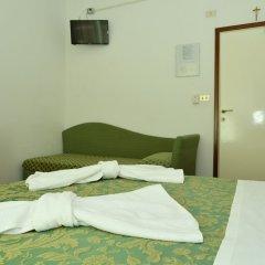 Отель LEONARDA Римини сейф в номере