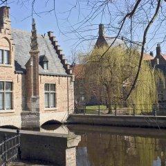 Отель Ibis Brugge Centrum Брюгге приотельная территория