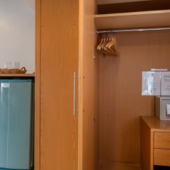 Отель Seven Oak Inn сейф в номере