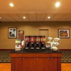 Отель Hampton Inn New York - LaGuardia Airport США, Нью-Йорк - отзывы, цены и фото номеров - забронировать отель Hampton Inn New York - LaGuardia Airport онлайн питание фото 2