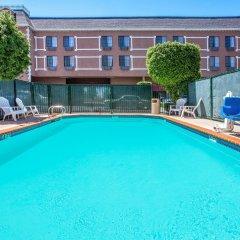 Отель Ramada by Wyndham Chatsworth США, Лос-Анджелес - отзывы, цены и фото номеров - забронировать отель Ramada by Wyndham Chatsworth онлайн бассейн