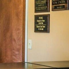 Отель Budget Inn Columbus West сейф в номере