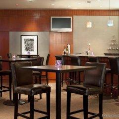 Отель Delta Hotels by Marriott Vancouver Downtown Suites Канада, Ванкувер - отзывы, цены и фото номеров - забронировать отель Delta Hotels by Marriott Vancouver Downtown Suites онлайн гостиничный бар