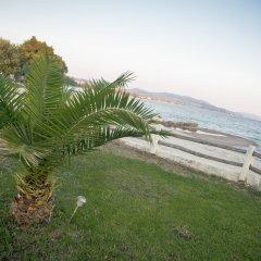 Отель On the Wave Studios пляж